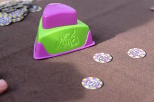 Les jetons de poker, pour miser, sont quand même bien minuscules. Dommage. En revanche, le buzzer est parfait et stresse bien comme il faut !