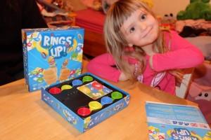 Voilà un jeu bien difficile, à première vue en tout cas, pour Leila. Mais elle est plus que ravie à l'idée d'y jouer avec ses parents...