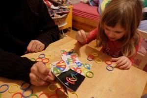 D'abord, on lui autorise 5 secondes de lecture de la carte avant nous. Ensuite, on ne lui demande que d'empiler 4 anneaux (les n°1 à 4). Enfin, on ira même jusqu'à lui proposer qu'elle place les anneaux sur un pouce de l'un de nous, ou l'inverse ! Mais elle a toujours du mal...