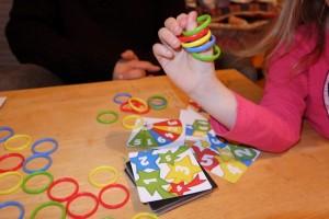 Voici son brillant empilement final, sachant qu'on ne joue pas une vraie partie : on joue quelques cartes et on lui conseille de continuer à s'entraîner seule et, encore mieux, à jouer à ce jeu avec des enfants de son âge. Ca doit être ça la meilleure solution...