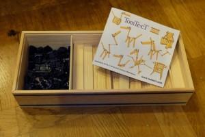 La boîte baptisée TomTecT 420 offre un kit de découverte du jeu absolument complet : 100 planchettes de bois (à la Kapla) et 320 charnières de plastique (en deux tailles). Il est aussi fourni un livret permettant de démarrer en douceur avec le procédé de construction d'objets. Notamment, on y trouve toute une première partie consacrée aux techniques et assemblages de base (des briques de progrès dirais-je), avant que ne soient abordées les constructions complètes les plus poussées...