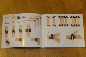 Petit exemple du contenu du livret de démarrage, avec sur la gauche la liste du matériel (100 planchettes de bois et 190+130 charnières) et les premiers assemblages à maîtriser (à plat en coin et à plat en longueur, avec des zooms en bas). Sur la droite, des assemblages plus complexes sont proposés mais toujours dans l'esprit de démarrer ses techniques de constructions sur de bonnes bases...