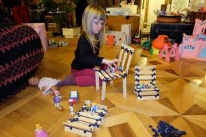 Une fois la boîte ouverte, les premières constructions se réalisent, spontanément. Leila, qui a 4 ans et 1/2, utilise plutôt les premières œuvres de son grand frère pour y jouer avec ses playmobils. Mais, peu de temps après, elle ne tardera pas à assembler elle-même les éléments...
