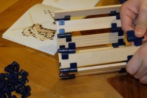 """La technique du """"tonneau"""" que Tristan utilise ici va lui permettre de construire le moulin visible en arrière-plan..."""