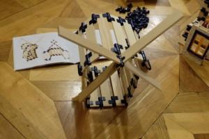 Et voici le fameux moulin réalisé avec brio par Tristan, lequel, à 12 ans 1/2, n'éprouve aucune difficulté pour suivre le livret de fabrication. Il est intéressant de noter que ce jeu, à la manière des puzzles, s'utilise vraiment de 3 à 103 ans, à sa mesure bien sûr...