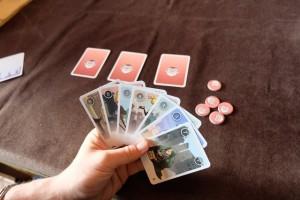 Chaque joueur dispose de 10 cartes dont 3, représentant des espions, vont être placées sur la table face cachée (dans des planques). Le but est de ne pas se faire retourner ses 3 planques, ce qui surviendra quand votre adversaire réussira à les attaquer avec des cartes de la même valeur. Précisément...