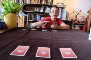 A son tour, le joueur actif doit réaliser une action parmi trois : attaquer avec un carte de sa main, attaquer avec une carte d'une de ses planques ou changer la carte d'une de ses planques. Mais, attention, cette dernière action n'est réalisable que 5 fois sur l'ensemble de la partie...