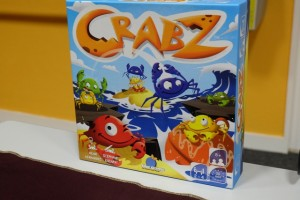 Crabz est un jeu de blocage, abstrait sous couvert d'un thème de crabes qui s'empilent. L'idée est d'être le dernier à pouvoir encore déplacer au moins un crabe à sa couleur...