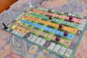 Petite vue sur la piste de score et de progression des animaux. On remarquera les chiffres indiqués le long de chaque piste : ce sont les valeurs qui seront affectées à chaque tuile animal possédée en fin de partie. Tout simple... Ces valeurs conduisent également à la fin de partie : quand le total des marqueurs fait 7 (à deux joueurs), la partie s'achève.