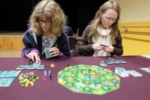 Le jeu est très plaisant et tourne tout seul. De temps en temps, en fonction des 3 cartes reçues, on ne sait pas trop quoi faire, comme ci-dessus en ce qui concerne ces dames. Mais, à d'autres moments, la programmation des cartes est quasi-instantanée...