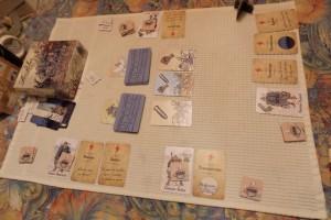Vue générale du jeu alors que Quentin a deux symboles coups durs devant lui (les éclairs rouges) sur ses cartes de traumatismes, Yann un seul, Nathalie trois et moi-même un. Et si la partie se terminait parce que l'un d'entre nous atteint le total fatidique de 4 ?