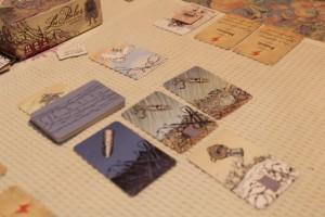 Oui, vous avez bien vu : la colombe est cette fois visible !!! Mais la partie n'est pas encore gagnée : il faudra épuiser toutes nos cartes en main. J'avoue être assez satisfait de ma prise de décision lorsque j'étais chef de mission deux tours auparavant : avec 3 cartes par joueur ajoutées à sa main, on a bien fait descendre la pile d'épreuves alors qu'on était assez robustes...