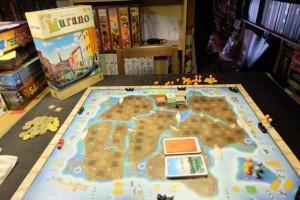 """La boîte, le plateau, le matériel, tout est magnifique dans ce jeu des deux auteurs de Descendance (entre autres) ! Clairement, ça va se jouer sur l'île de Murano, à Venise, et on va """"baigner"""" dans le thème ;-)"""