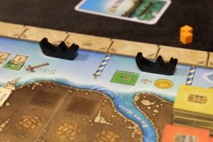 La première originalité du jeu, même si elle n'est pas sans rappeler des jeux comme Venedig (tiens déjà Venise...) ou même les jeux à la roue de Mac Gerdts, réside dans le choix des actions à chaque tour : on fait avancer une des 8 gondoles sans jamais dépasser celle de devant et on exécute l'action de la case d'arrivée. Eventuellement, on peut payer de l'or pour déplacer d'abord une gondole gênante (ou plusieurs) puis faire son déplacement gratuit et exécuter l'action liée. Ici, par exemple, j'ai fait avancer la gondole de derrière pour avoir le droit de payer 1 Or pour prendre une fabrique de verre.