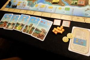 Tristan réussit 5 cartes de personnages et se paie même le luxe d'avoir 2 gondoliers inutiles sur deux îles ! Enfin, presque inutiles car, sans eux, il n'aurait pas scoré deux e ses cartes. Mais il aurait pu faire encore mieux en récupérant 2 autres cartes de personnages et les scorer avec eux...