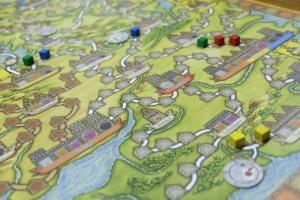 Petite vue après le premier tour de jeu, avec la pose de 2 ressources (commerçants) par joueur. Repérez déjà que les villes ont des couleurs sur leur étendard, tout comme certains emplacements des routes commerciales. On y revient...