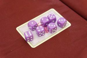 Autre nouveauté de cette extension : les dés violets. Chaque joueur en possède un en début de chaque manche et il lui servira à retirer un dé adverse d'une table de jeu (il lui est rendu) une fois par manche. Par exemple, si je lance deux dés de valeur 4 et mon dé violet de valeur 4, je peux aller enlever un dé adverse de valeur 4, le lui rendre, placer mes deux dés de valeur 4 puis défausser mon dé violet. Utile et assez vicelard...