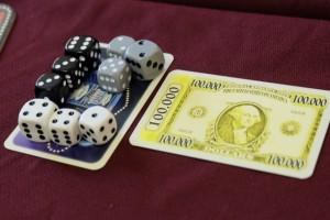 Alors, bilan des courses : tous les joueurs présents ont 4 dés chacun ! Et plus rien ne pourra changer puisque toutes les valeurs sont présentes... Dans ce cas d'égalité, on totalise le total de chaque joueur (9 pour le blanc, 12 pour le noir et 9 pour le gris) pour désigner le vainqueur de la carte. Mais on s'interroge : faut-il compter double les valeurs des gros dés ? Ca donnerait 13 pour le blanc, 18 pour le noir et 11 pour le gris, ce qui ne changerait rien, mais ça n'a pas toujours été le cas lors de notre partie...