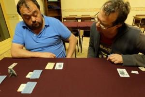 L'ambiance est plutôt studieuse, Jean-Luc et Fabrice découvrant les effets des cartes de coups durs et, clairement, ils ont la trouille...