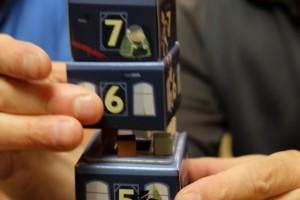 Ensuite, à son tour, le joueur actif tente de soulever un étage pour voir s'il y a une victime dessous. Ici, il y a bel et bien un cube rouge, qu'on va donc sortir, et quelques suspects...