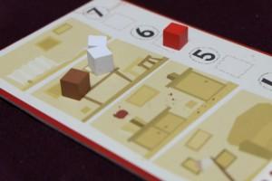 Le cube rouge est placé sur le numéro de l'étage correspondant ainsi que les cubes des suspects, sauf le joueur actif qui dissimule son propre cas... Vicieux ! Ensuite, sur cet exemple, Jean-Luc remet deux de ses cubes dans l'hôtel et moi-même un.
