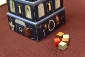 Hallucinant : le second cube rouge, ainsi que 4 autres cubes suspects, se trouvaient en-dessous du niveau 0, sur la table même donc !!!