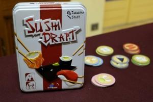 Voici un petit jeu de sushis dans lequel on va tenter de s'adjuger des récompenses (petits jetons à droite de la boîte) au bout de 5 manches.