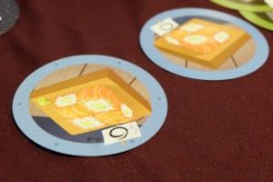 Bon, parlons tout de suite du truc qui fâche : mon jeu comportait 7 cartes bleues de valeur 6 (au lieu de 6) et 3 cartes grises de valeur 4 (au lieu de 4). D'où la correction manuelle apportée par nos soins sur la carte de gauche ci-dessus. En espérant que notre cas soit isolé...
