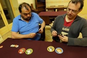 La troisième et dernière manche est initiée et nous sommes convaincus que le jeu à 3 joueurs est le plus à même de nous satisfaire : meilleur contrôle sur les majorités et meilleure connaissance de la main de cartes qui nous reviendra forcément...