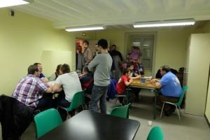 La soirée se poursuit à Saint Vincent de Boisset et les tables commencent à se vider doucement. Notre jeu intrigue les visiteurs...