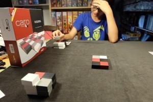 Au premier plan, vous pouvez voir qu'on dispose de 3 caros de chacune des 4 couleurs du jeu, ce qui nous fera poser au maximum 12 caros chacun. Le plateau qui se forme au centre ne doit pas excéder 6 caros par 6  en tout : il y a donc de la marge...