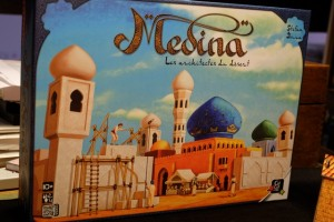 Voici donc à quoi ressemble la boîte de cette réédition de ce jeu très tendu et, donc, très plaisant... A noter que l'illustrateur a copié la forme réelle des pions en bois à l'intérieur !