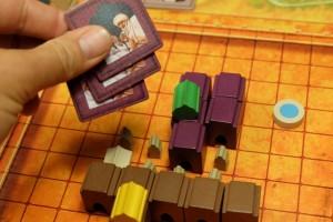 Ayant pris possession du premier palais violet de la partie, j'empoche trois tuiles de thé : celles-ci me permettront de temporiser à trois de mes tours, en ne jouant qu'un élément en bois au lieu de deux. Utile...
