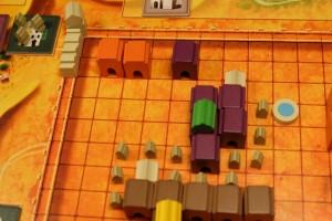 Première démonstration : je lance un palais orange et un palais violet (comme il n'y en a aucun en cours) et, bien sûr, je les positionne dans des zones d'expansion relativement limitée...