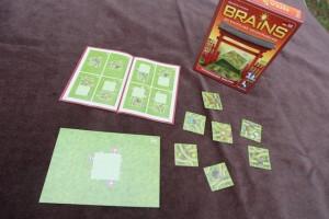 Un matériel minimaliste, mais là encore, on a la boîte et le livret de règles ! En réalité, le jeu se suffit aux plateaux en carton fin et en quelques tuiles...