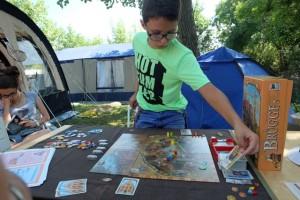 Nous jouons à deux joueurs, Tristan avec les jaunes et moi-même les verts. Ici, il joue une carte jaune pour prendre de l'argent.