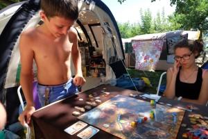 Jouer en extérieur, au camping, est toujours aussi agréable...