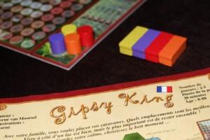 Histoire de poursuivre notre séance de découverte, Gipsy King sera parfait à 4 joueurs, puisque Tristan nous a rejoint : Hélène joue les rouges, Nicolas les orange, Tristan les jaunes et moi les violets.