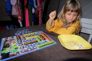 Un poil excitée, ma fille a besoin d'une assiette pour que les dés ne valdinguent pas de partout dans la tente :-)