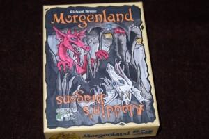 Il n'y a pas de tromperie lorsqu'on regarde la boîte de ce jeu de cartes : c'est bien à Morgenland auquel on va jouer ! Ajoutons que le système de jeu colle de manière hallucinante au jeu de plateau éponyme...