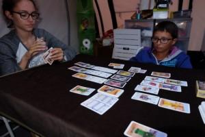Le jeu en lui-même est très très proche de son grand frère : chaque joueur va placer ses 5 cartes de personnages, face cachée et une à une, en-dessous des lieux sur lesquels il veut se battre. Donc, tout est question de timing, de bluff et de priorités....