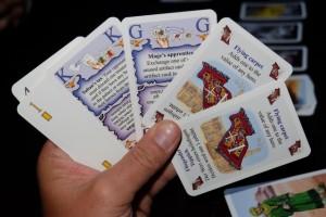 Petite vue de ma main, afin que vous puissiez découvrir ce que renferment les cartes sorts (les deux de gauche) et objets magiques (les deux de droite). Oui, c'est en anglais...