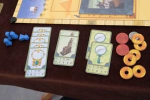 Maitena a moins de cartes que son frère mais il y a une qualité certaine dans les cadeaux qui pourront être offerts à Néfertiti : les 5 colliers vont lui rapporter la bagatelle de 70 PV ! Heureusement qu'elle n'a pas une autre série convaincante en stock...
