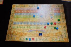 Premier tour effectué sur ce jeu et on voit que Râ a déjà carrément progressé... Pour info, Hélène joue les cubes rouges, Nicolas les bleus et moi-même les verts.