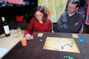 Cette petite séance de découverte des jeux de société modernes est sincèrement très agréable, Hélène et Nicolas se prenant bien au jeu et essayant de faire au mieux avec les dés lancés. Il faut dire, aussi, que Râ the Dice Game est assez adapté pour donner un aperçu de ce type de jeux.