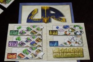 UR et son aide de jeu biface, dont voici les deux faces, donc, issues des deux joueurs attablés :Julie (blanc) et moi (vert)...