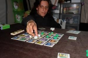 Julie ajoute des cubes, toujours vers le centre, mais elle n'est pas forcément en position de force sur l'ensemble du plateau...