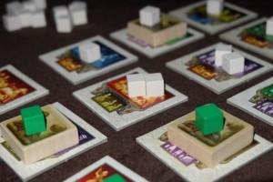 Bon, il faut quand même y aller, alors je regroupe deux fois 5 cubes verts pour placer deux ziggurats dans le même tour...