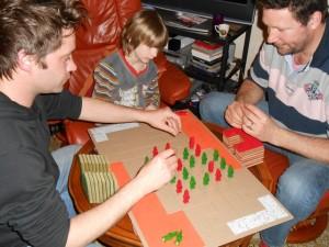 La famille du sud de la France s'essaie au jeu, sous l'œil plus qu'intéressé de Louis... A noter la partie hyper statique de Nicolas et Danny : qui posera sa plaque en premier ?