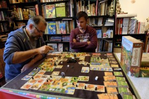 Oui, il y a sacrément du matos sur la table ! Et il y en a de l'information à lire un peu partout quand on joue...